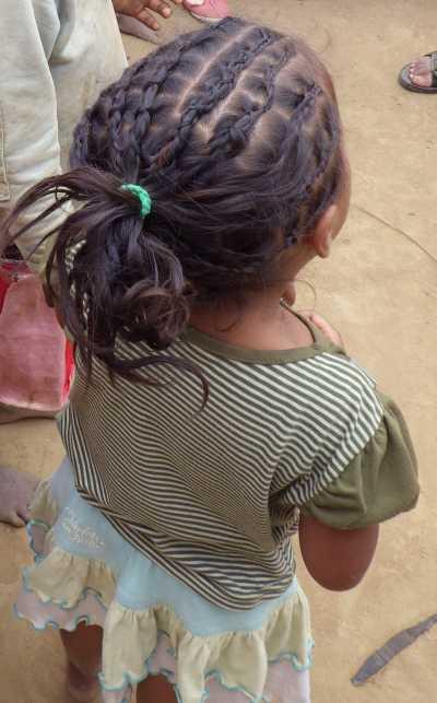 マダガスカルの髪を編む少女