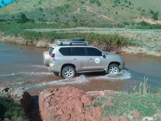 車で川を進む